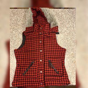 BB Dakota  tooth hound print vest with hood Lg